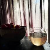 Slowly getting ready for the day. Sun is peaking through the curtains, the house is still quiet (with two tiny toddlers a rarity on its own). Grapes, strawberries and white hybiscus tea for a proper vitamine C boost. Healthy breakfast, healthy start! Have a great day everyone!
